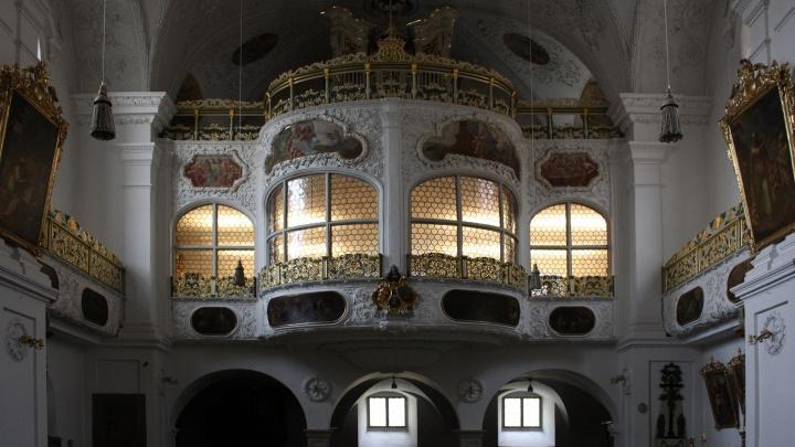 Der Nonnenchor mit dahinter liegender Orgel in der Kirche St. Walburg in Eichstätt.