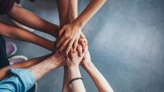 Ehrenamtlich und gemeinsam sozialen Projekten helfen.