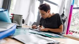 Nora Azzaoui bereitet das Gummi-Material der Flüchtlingsboote für Taschen vor