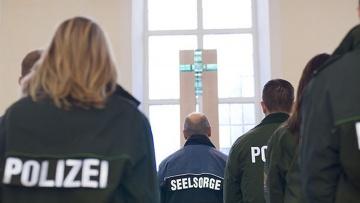 """Polizisten im Gottesdienst: """"Der Dienst ist in den letzten Jahren komplexer und gefährlicher geworden"""", sagt Polizeiseelsorgerin Anne Henning."""
