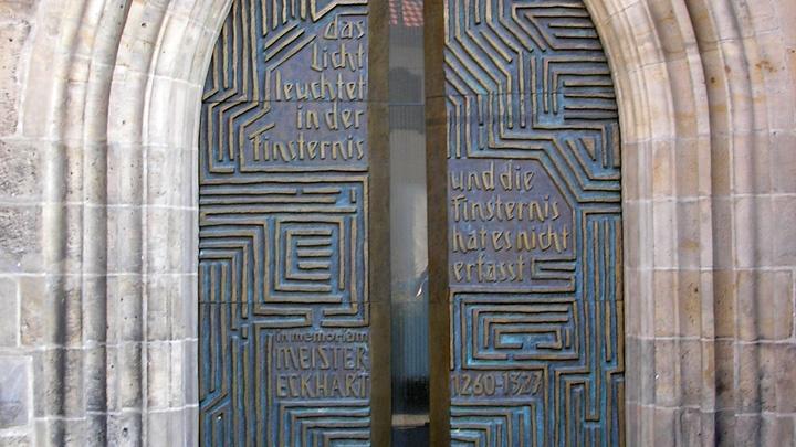 """Das Meister-Eckhart-Portal an der Predigerkirche in Erfurt mit der Inschrift """"das Licht leuchtet in der Finsternis - und die Finsternis hat es nicht erfasst - in memoriam Meister Eckart""""."""
