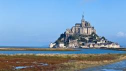 Der Klosterberg Mont Saint-Michel in Frankreich bei Flut.