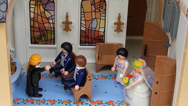 Playmobil-Szene einer gleichgeschlechtlichen Trauung in der Kirche. Gesehen auf dem Lesbisch-Schwulen Stadtfest Berlin, 2016.