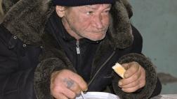 Ein verarmter Mann erhält eine warme Mahlzeit in der Suppenküche von Samara in Russland (Foto vom 12.02.2018).