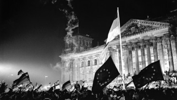 Feier zur Deutschen Einheit vor dem Reichstagsgebäude in der Nacht vom 2. zum 3. Oktober 1990.