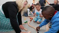 Flüchtlingskinder beim Spielen in einer mobilen Kita