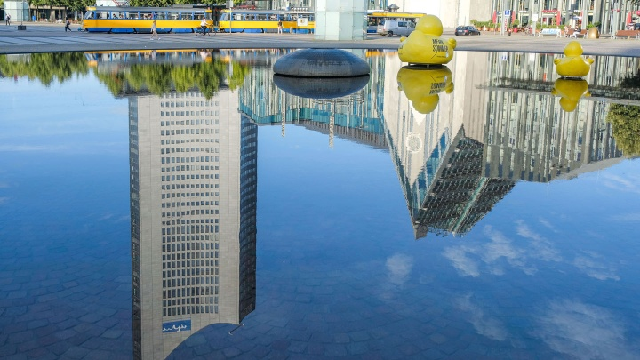 Neue Perspektiven und geistige Anregung soll das sogenannte Paulinum geben. Zu sehen in einer Spiegelung rechts  und links das City-Hochhaus.