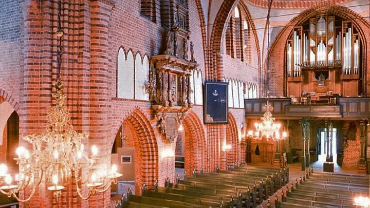 Blick in den Meldorfer Dom und auf die Marcussen-Orgel