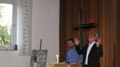 Sahid (li) übersetzt die Predigt von Pastor Traugott Pohl für die iranischstämmigen Gemeindeglieder auf Farsi.