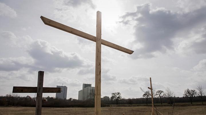 Holzkreuze stehen am Baugrundstück einer geplanten Moschee der Ahmadiyya-Gemeinde im Erfurter Ortsteil Marbach.