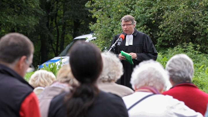 Pfarrer Matthias Engelke bei einer Andacht vor den Toren des Fliegerhorstes Büchel in der Eifel (Archiv).