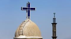 Christliche Kirche und Moschee in der Stadt Shanayna in der Dioezese Assiut in Ägypten.