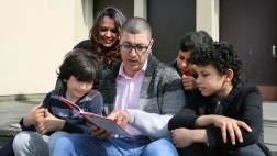 Die israelischen Sozialarbeiter und Fluechtlingsbetreuer, Nadim und Tahrir Ghanayem, lesen Flüchtlingsjungen vor.