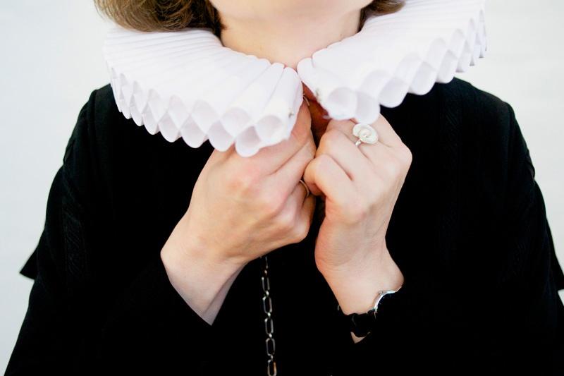 Astrid Kleist, Hauptpastorin in der St. Jacobi Gemeinde in Hamburg legt sich die traditionielle Halskrause an.