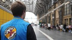 René Karsubke, ehrenamtlicher Mitarbeiter der Bahnhofsmission, an Gleis 24 am Frankfurter Hauptbahnhof.