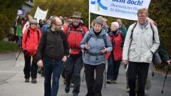 Am 24.10.2015 läuft Manfred Rekowski (l.), hier mit Bundesumweltministerin Barbara Hendricks (m.) und Superintendent des Kirchenkreises Schwelm, Hans Schmitt (r.)