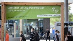 """Torraum 1 - """"Welcome"""" mit der Installation """"Europaallee"""" in der Weltausstellung Reformation in Wittenberg."""