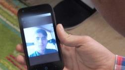Handy mit Bild des verschwundenen Flüchtlingsjungen