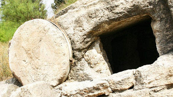 Das leere Grab mit weggerolltem Stein