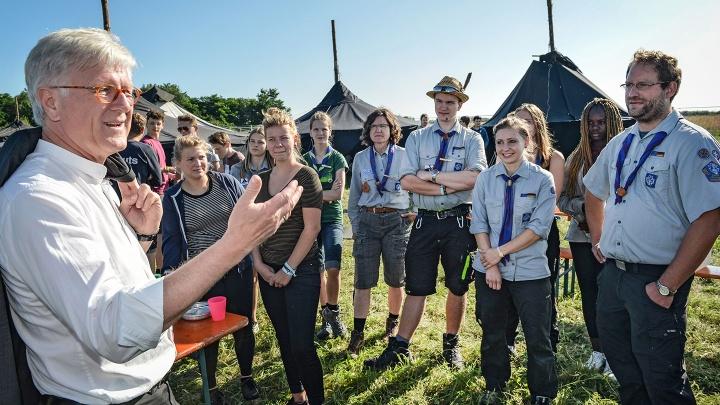 Der Ratsvorsitzende der Evangelischen Kirche in Deutschland, Landesbischof Heinrich Bedford-Strohm, besucht das Camp des Verbands Christlicher Pfadfinderinnen und Pfadfinder in Wittenberg.