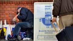 Ein Mann packt Lebensmitteltüten ein, die er an der Ausgabestelle der Frankfurter Tafel vor der evangelisch-methodistischen Christuskirche am Merianplatz erhalten hat (Archiv).