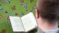 Ein Muslim liest in der Neuen Moschee in Berlin Kreuzberg im Koran.