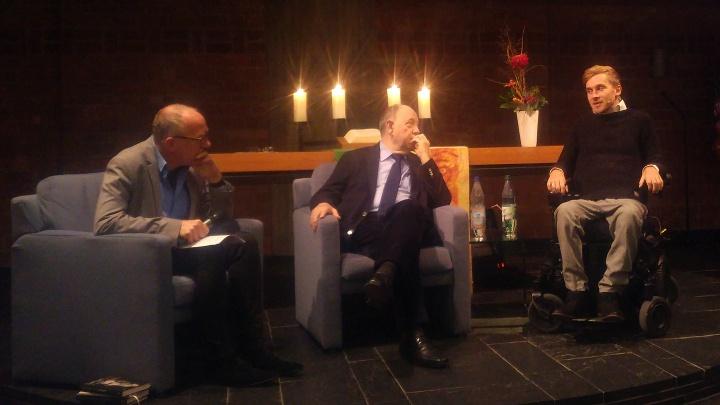 Pfarrer Klaus Neumeier diskutiert mit Nikolaus Schneider und Samuel Koch über Verluste, Schicksalschläge und Trauer.