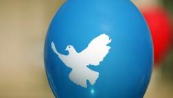 Friedenstaube auf einem Luftballon der Friedensbewegung.