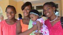 Junge Mutter nach einem Gottesdienst in Nassau.