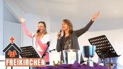 Gottesdienst in der FeG Wetzlar: Eine Band begleitet die Gemeinde beim Singen.