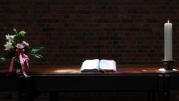 Bibel liegt auf einem Altar.