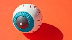Symbolfoto Überwachung: Augapfel aus Plastik auf orangenem Hintergrund.