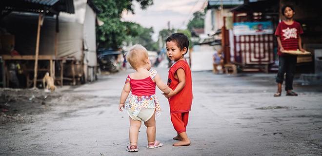 Divine und ihr Bruder Vince laufen gemeinsam durch die Strasse in der Nachbarschaft