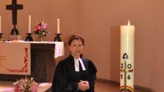 Pastorin Anke Merscher-Schüler vor dem Taufbecken in der Pauluskirche.